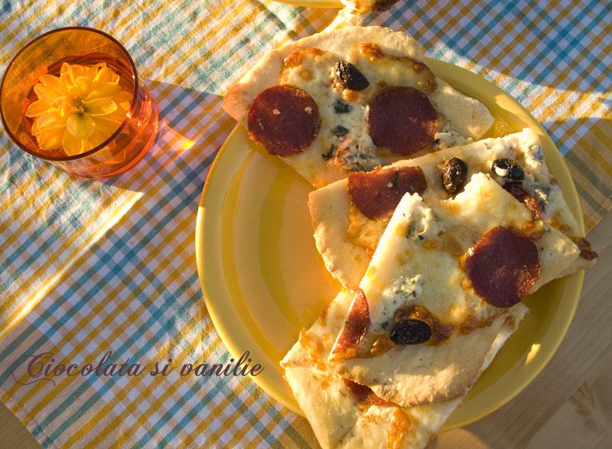 pizza cu salam picant, masline si mozzarella