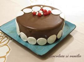 Tort decorat cu ciocolata si pasta de zahar