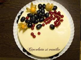 Tort cu fructe si ciocolata alba