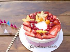 Tort aniversar cu fructe rosii
