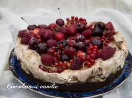 prajitura cu ciocolata, bezea si fructe