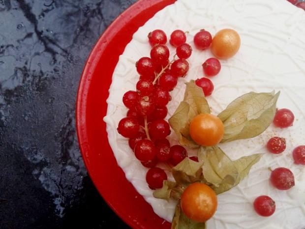 tort cu fructe rosii