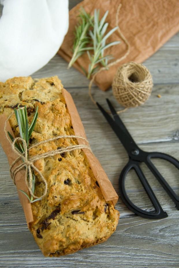 pâine rapidă cu roșii uscate, măsline și rozmarin