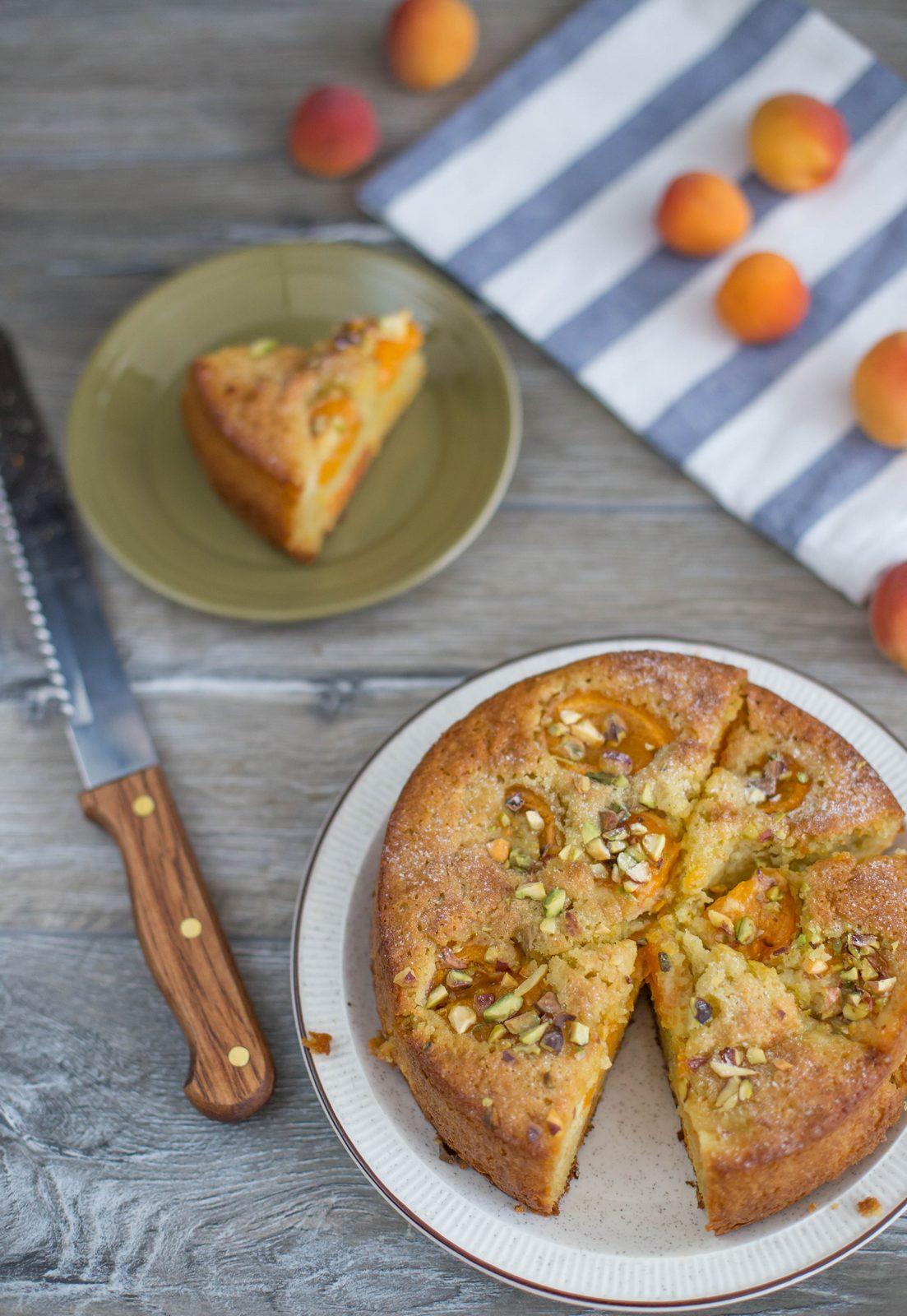 Prăjitură cu caise, ulei de măsline și fistic