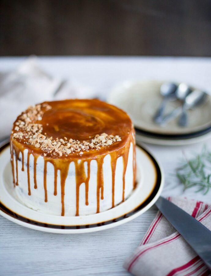 Tort cu ciocolată, cremă cu rozmarin și caramel