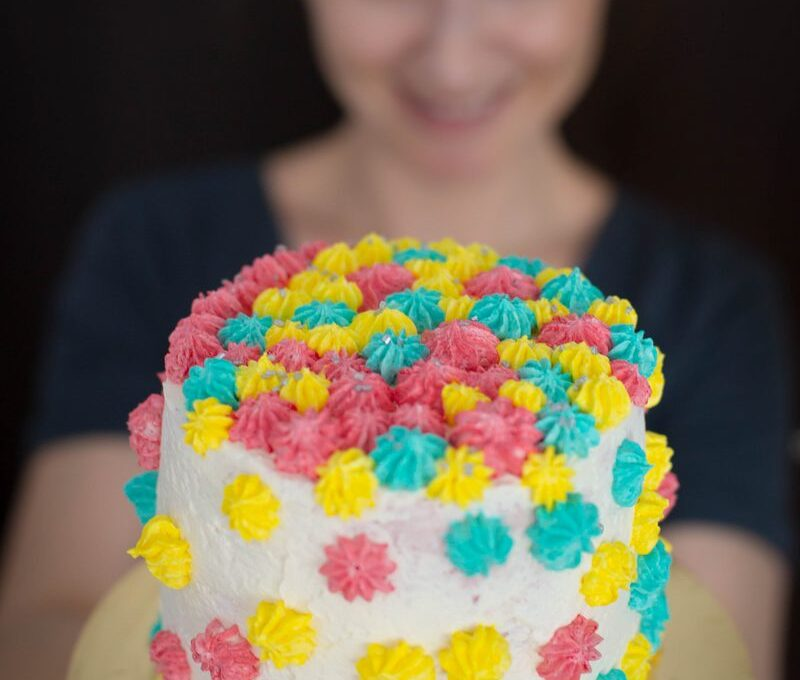 Câmp cu flori. Un tort cu fistic și cremă de unt cu zmeură