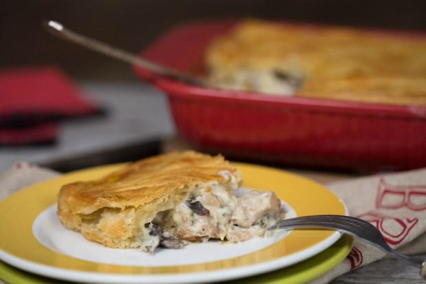 plăcintă cu pui, ciuperci și tarhon