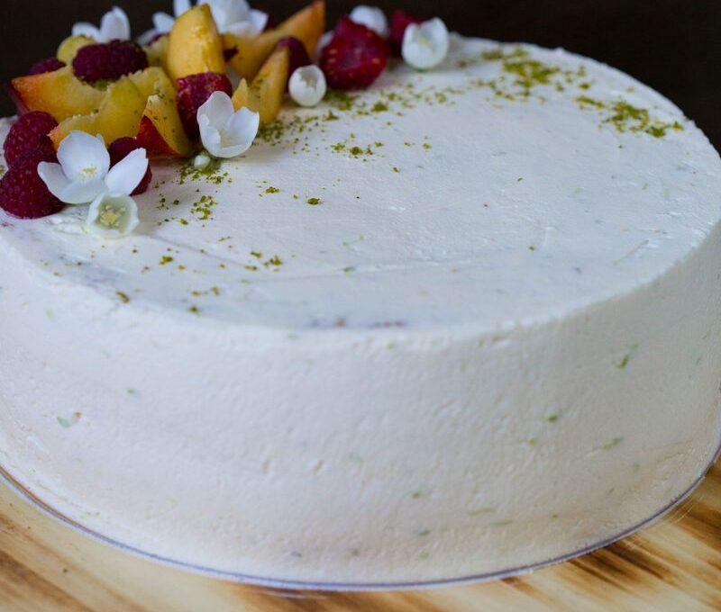 O prăjitură cu dedicație. Tort cu piersici si mousse de cremă de brânză