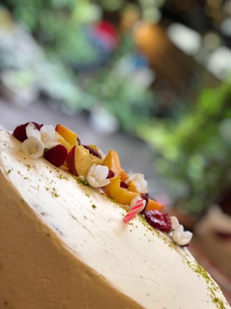 tort cu piersici si cremă de brânză