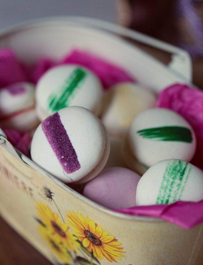 Macarons albi cu apă de trandafiri și mentă