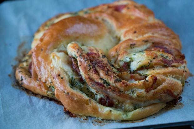 pâine împletită cu mozzarella și prosciutto