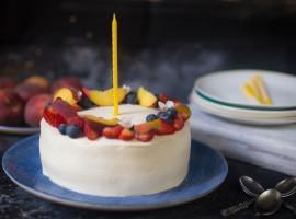 tort cu vanilie, coacăze negre și piersici