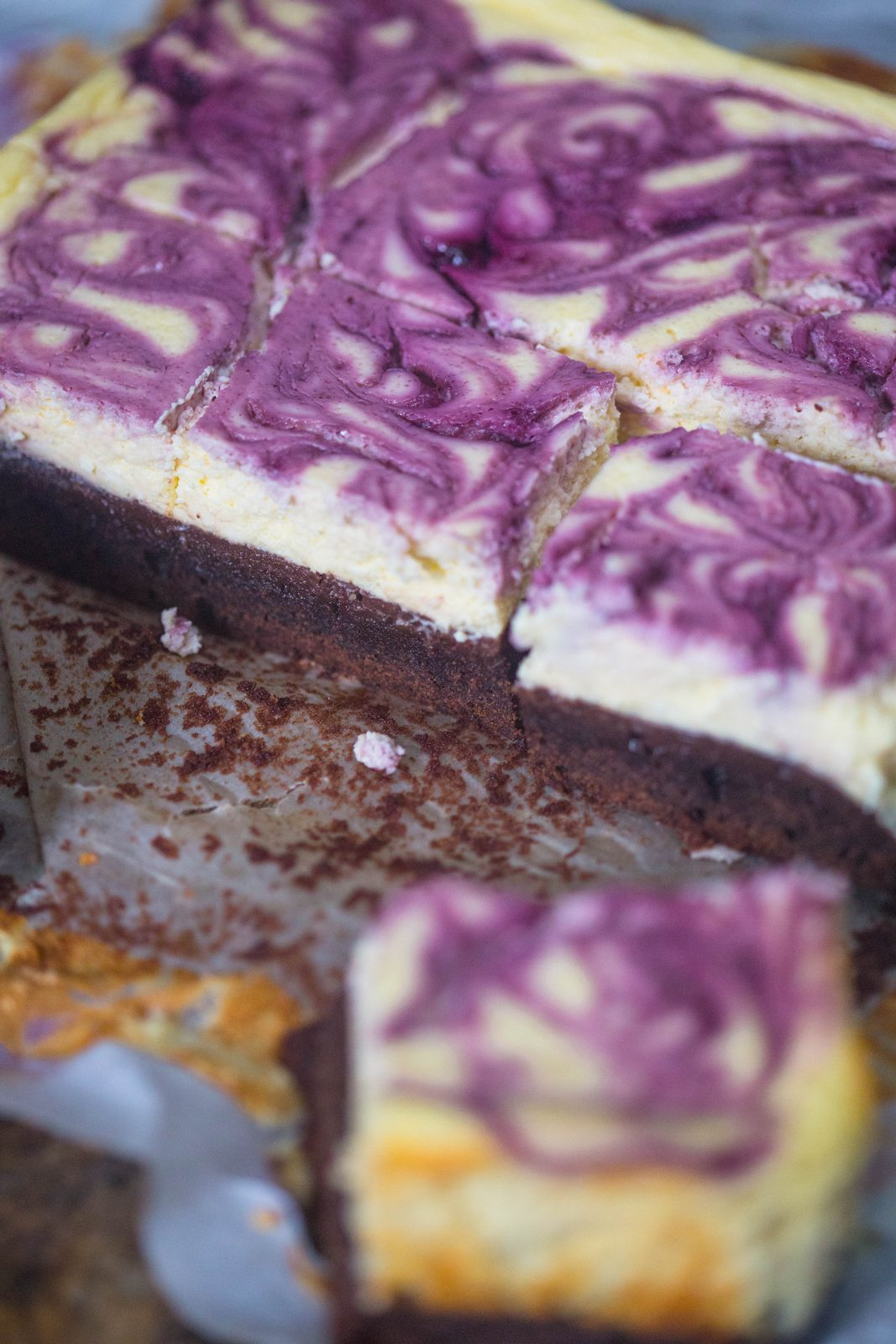 Brownie cu topping de cheesecake cu coacăze
