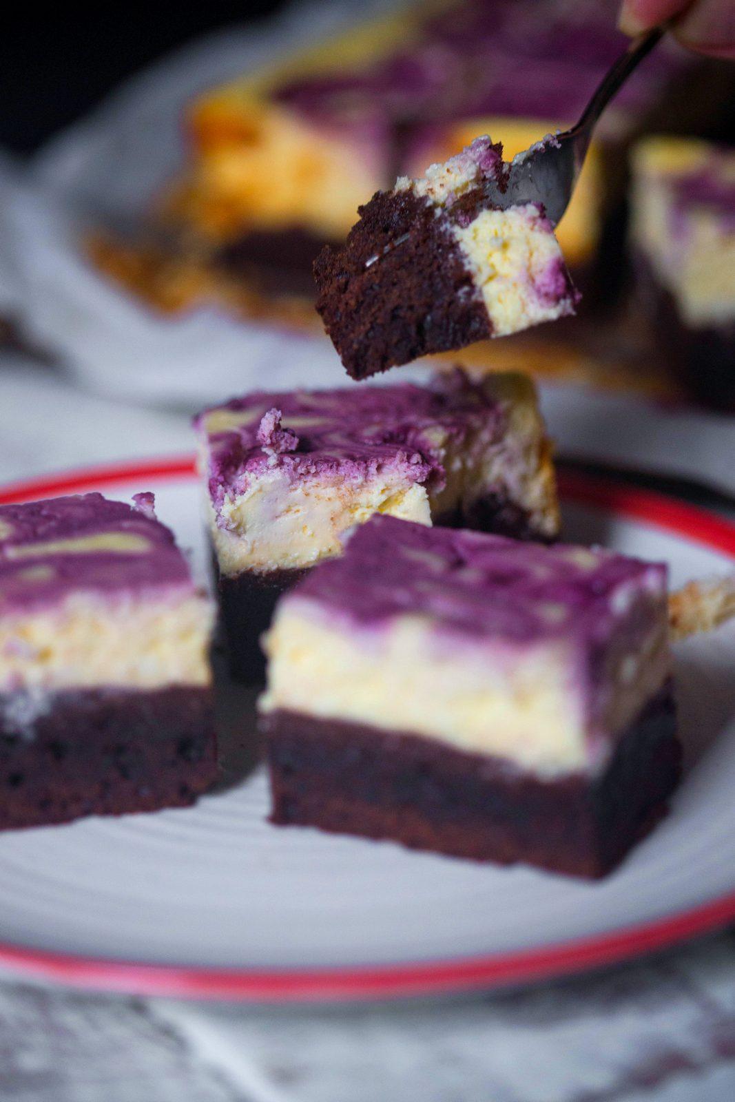 Brownie cu topping de cheesecake cu coacăze