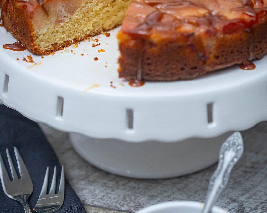 Prăjitură cu gutui poșate în vin și sos caramel