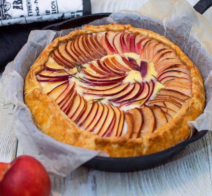 Tartă simplă cu mere, ricotta și rozmarin