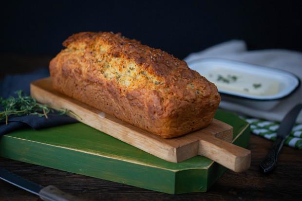 pâine rapidă cu cheddar, cimbru și semințe de dovleac