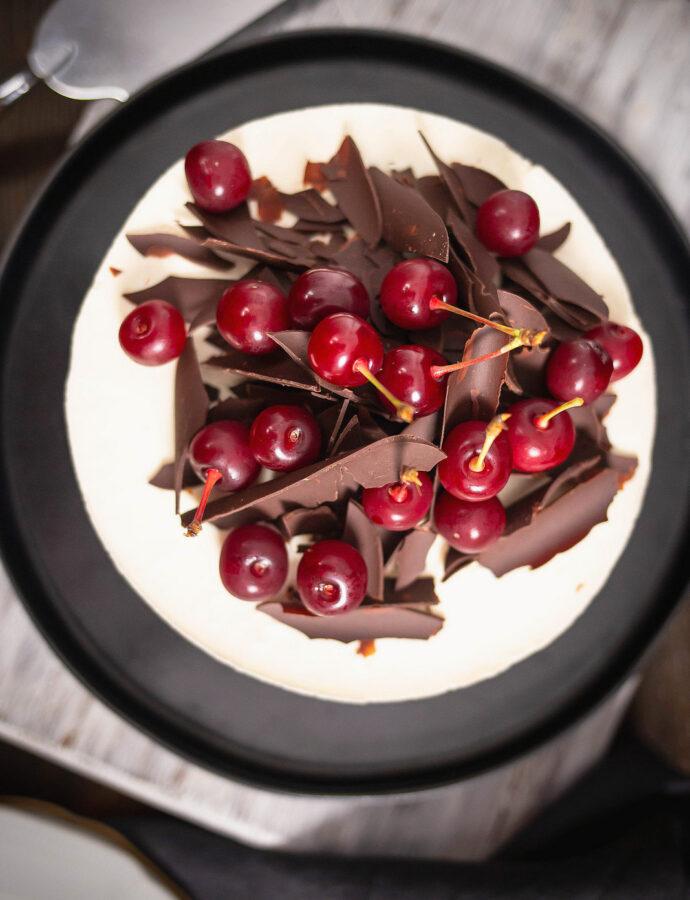 Tort cu vișine și ciocolată inspirat de Foret Noire