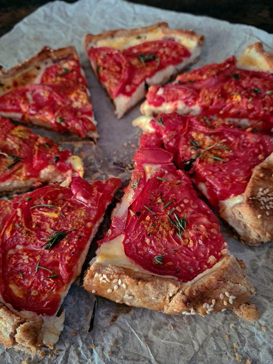 tartă rustică cu roșii și brânză
