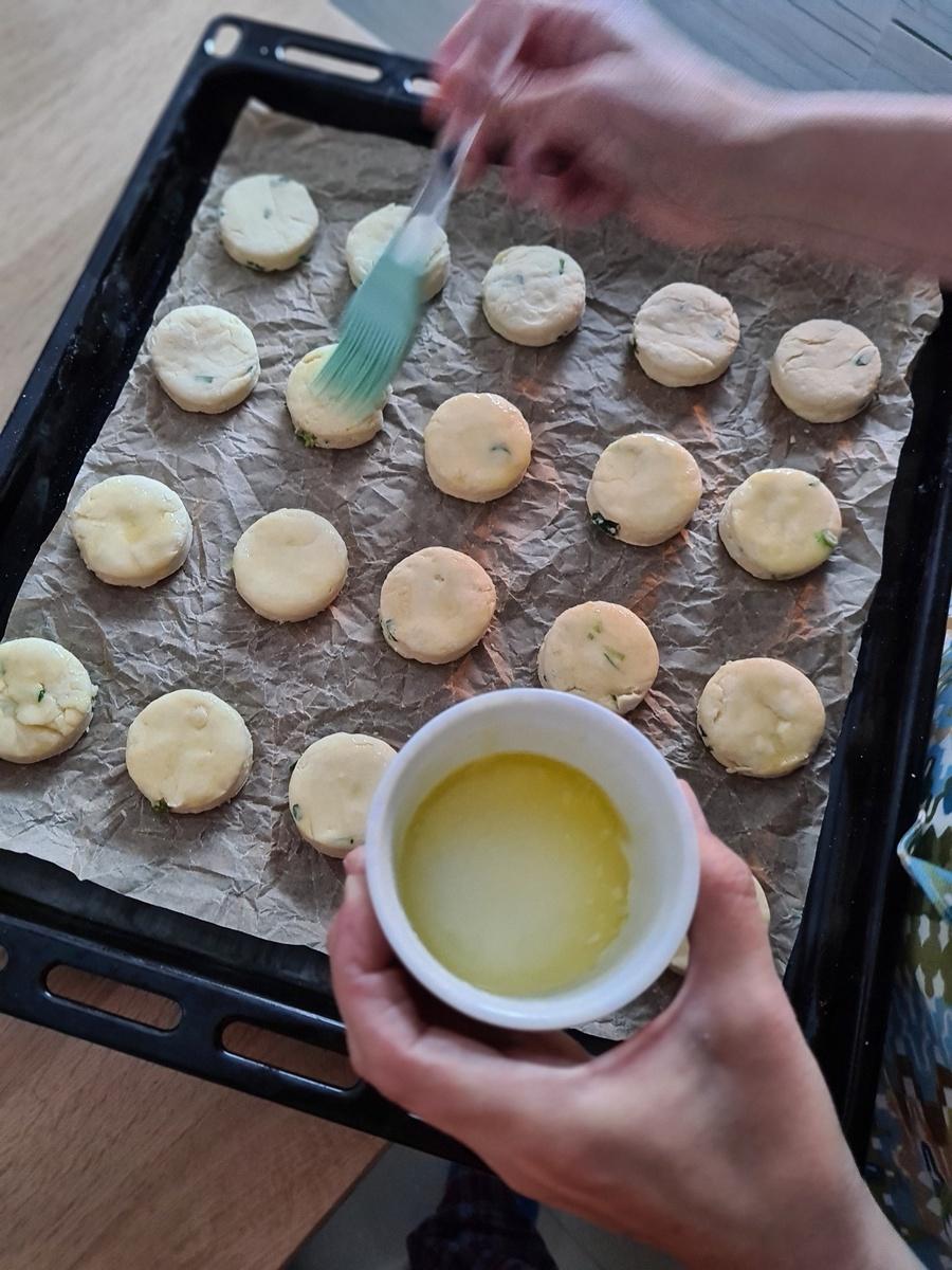 biscuiți cu Brie și ceapă verde