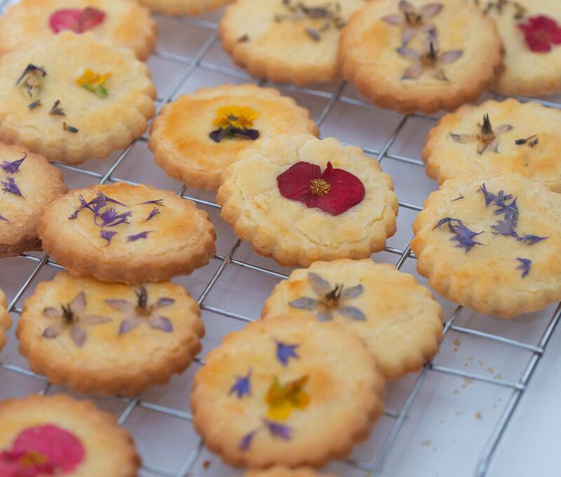 Biscuiți cu lămâie decorați cu flori