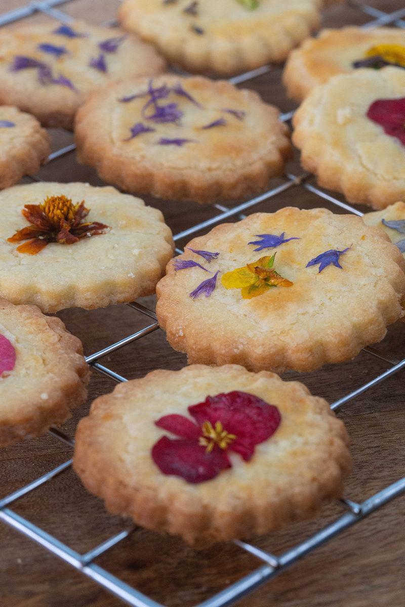 biscuiți cu lămâie și flori comestibile