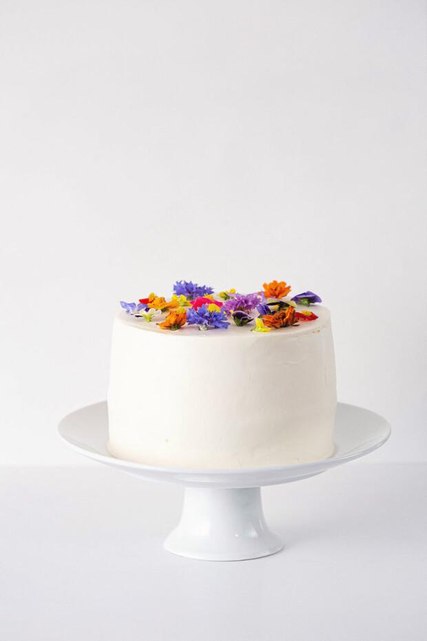 tort alb cu piersici și lavandă