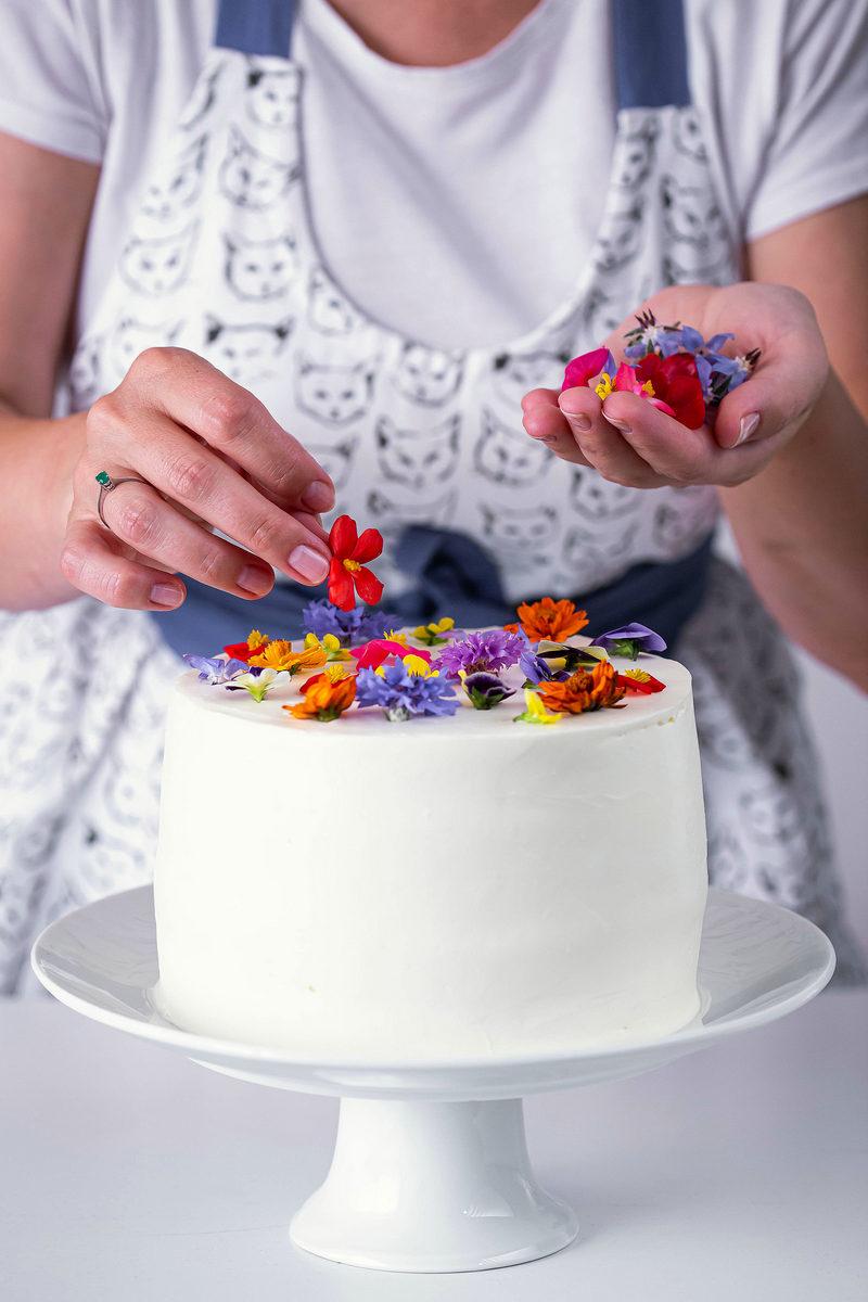 tort alb cu flori comestibile