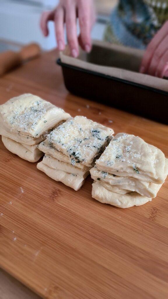pâine cu usturoi, unt și ierburi aromatice/ pull apart bread