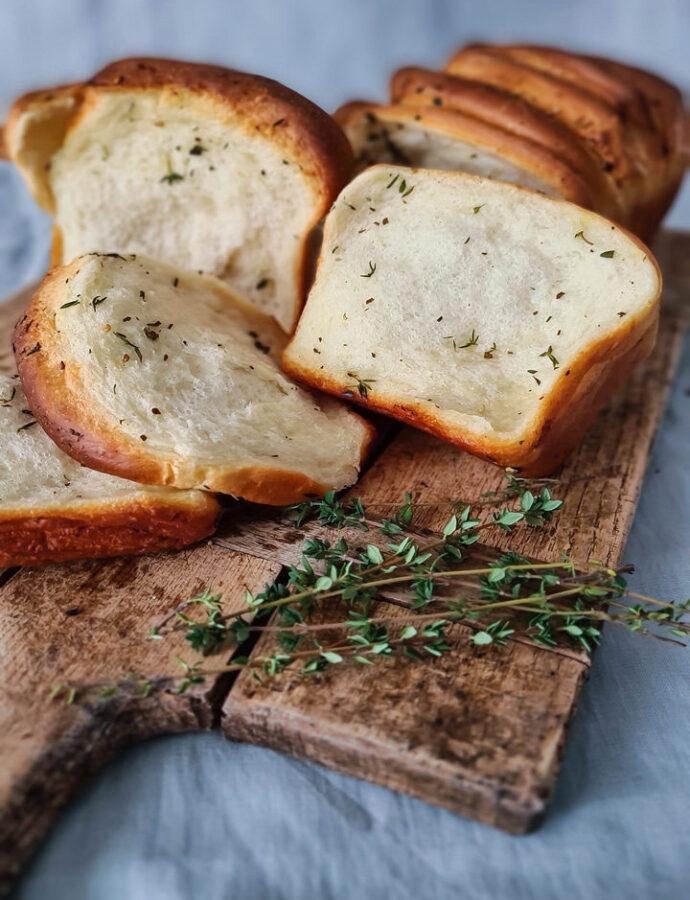 Pâine cu usturoi, unt și ierburi aromatice