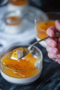 panna cotta cu vanilie si jeleu de fructul pasiunii