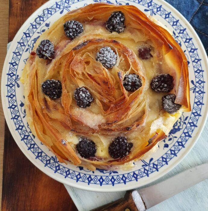 plăcintă cu piersici, cremă de brânză și mure